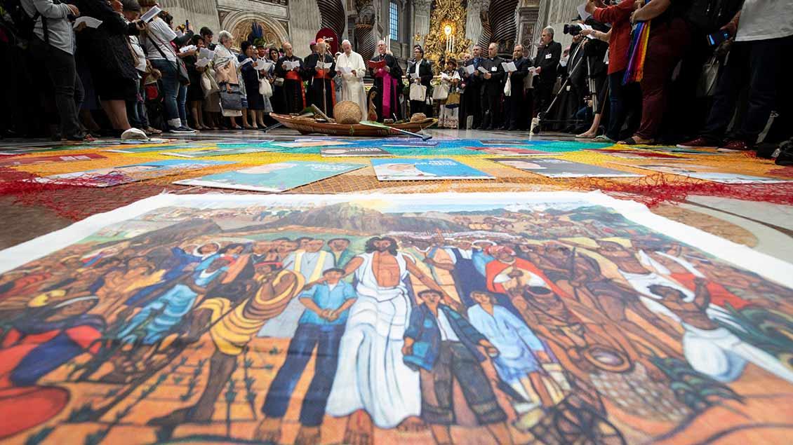 Papst vor Gemälde mit Jesus und Indigenen  Foto: Vatican Media (Reuters)