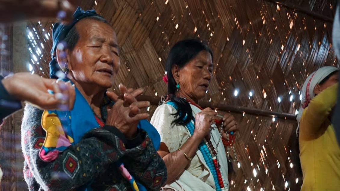 Familiengebet in einer Hütte im Nordosten Indiens