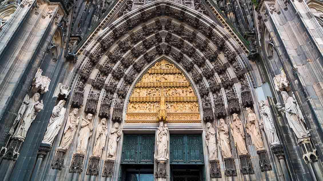 Marienfigur im Hauptportal des Kölner Doms