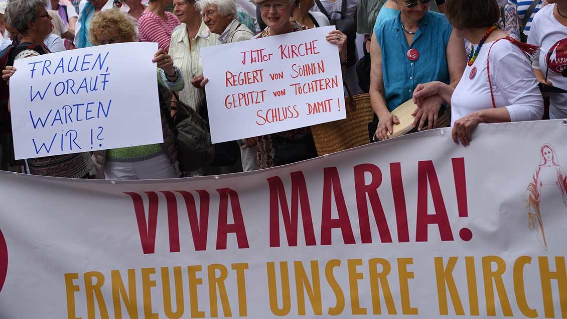 Frauen mit Plakaten in Münster.