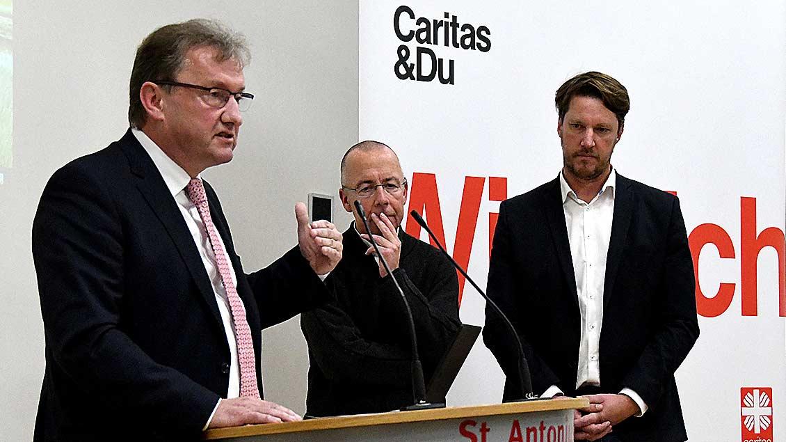 Visbeks Bürgermeister Gerd Meyer (von links) im Gespräch mit Pfarrer Peter Kossen und Caritas-Referent Dietmar Fangmann.