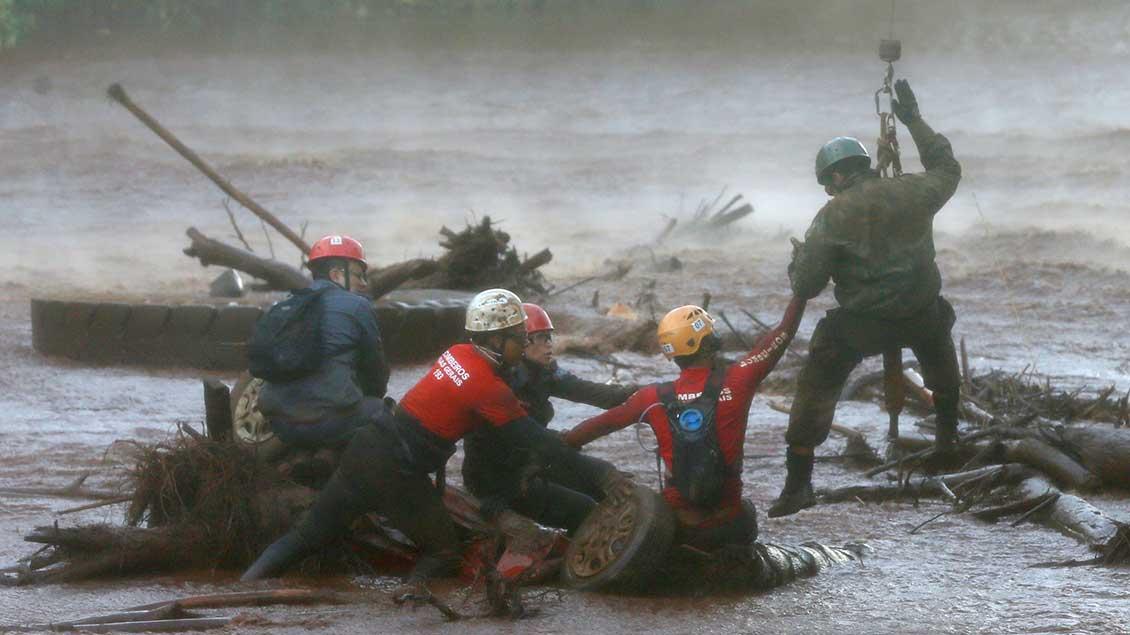 Rettungsaktion nach dem Bruch des Staudamms