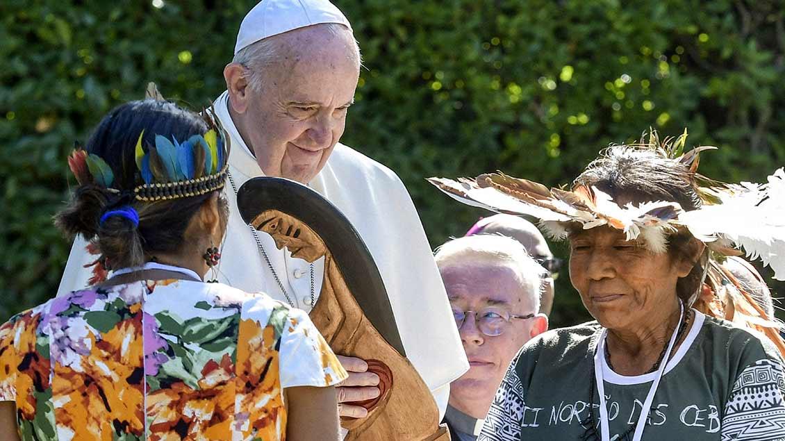Papst Franziskus bei der Zeremonie mit Indigenen aus dem Amazonasgebiet in den vatikanischen Gärten.
