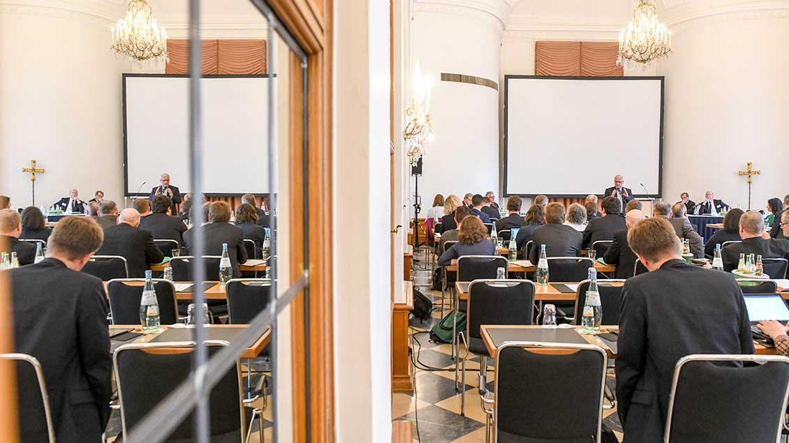 Heiner Koch, Erzbischof von Berlin, spricht bei der erweiterten Gemeinsamen Konferenz von Bischöfen und Laien zur Vorbereitung des Synodalen Wegs am 13. September 2019 in Fulda.