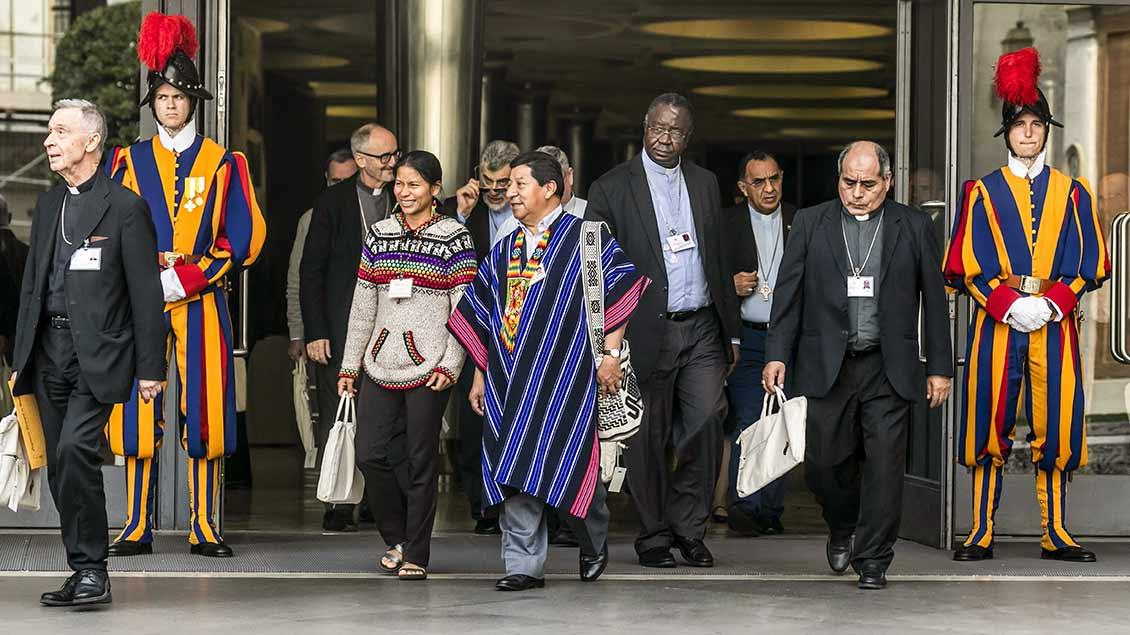 Synoden-Teilnehmer verlassen die Aula