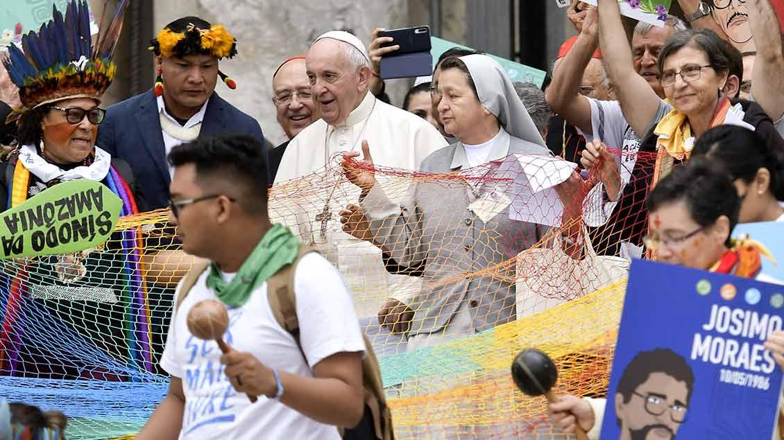 Papst Franziskus mit Frauen, die an der Amazonas-Synode teilnehmen.
