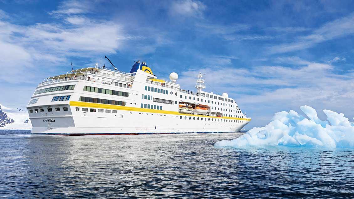Die MS Hamburg passiert einen Eisberg