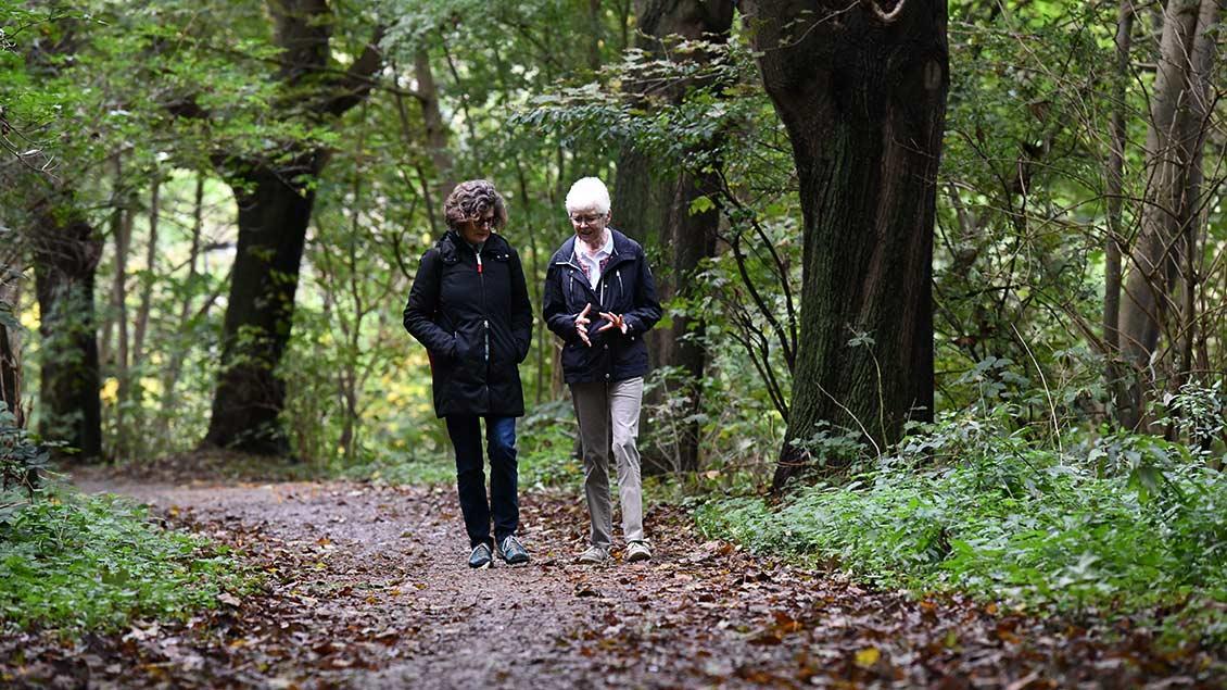 Anna Zeitler (links) und Rosmarie Leroy bei einem Spaziergang Foto: Michael Bönte