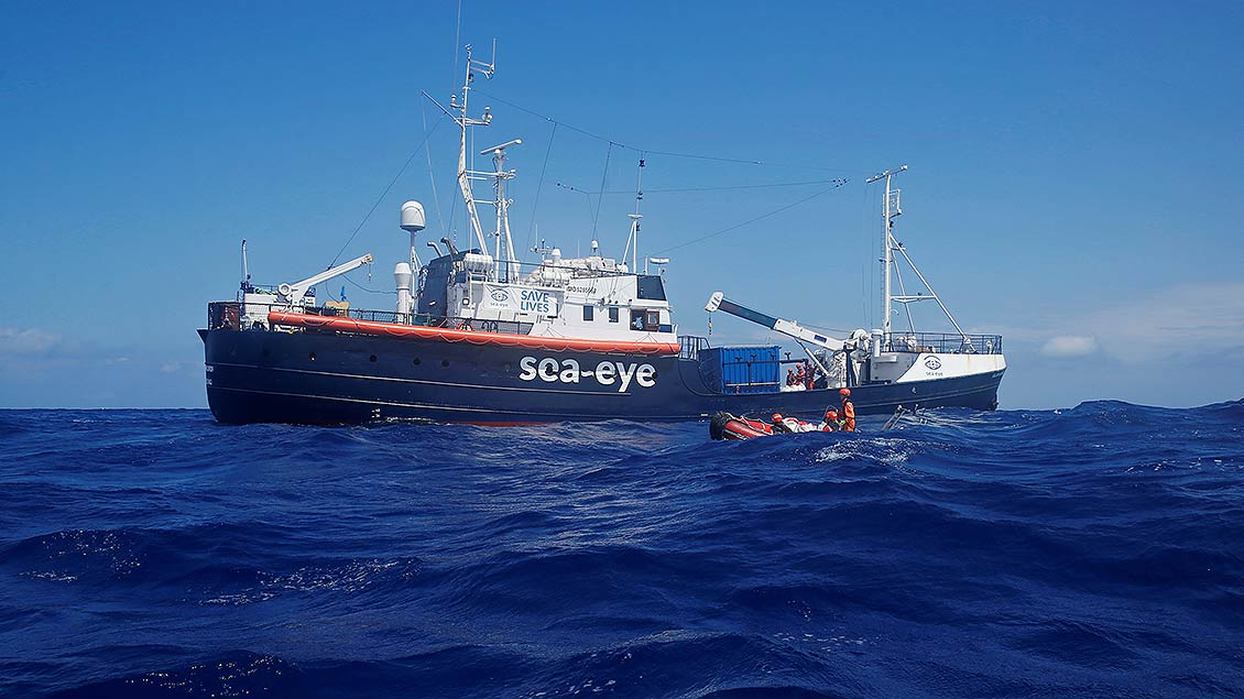 """Das Rettungsschiff """"Alan Kurdi"""" auf den Wellen Des Mittelmeeres."""