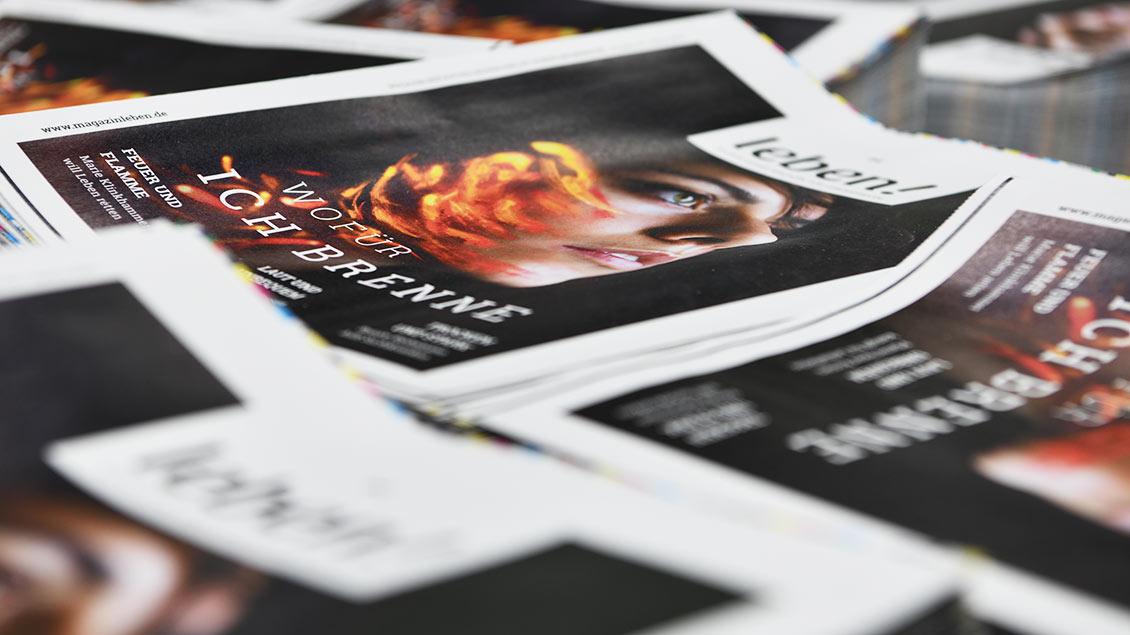 Die Titelblätter des Magazins leben! auf Paletten in der Druckerei