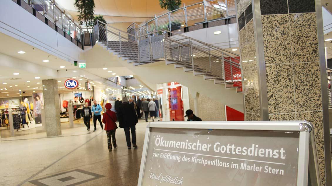 Hinweis auf die kirchlichen Angebote im Einkaufszentrum.