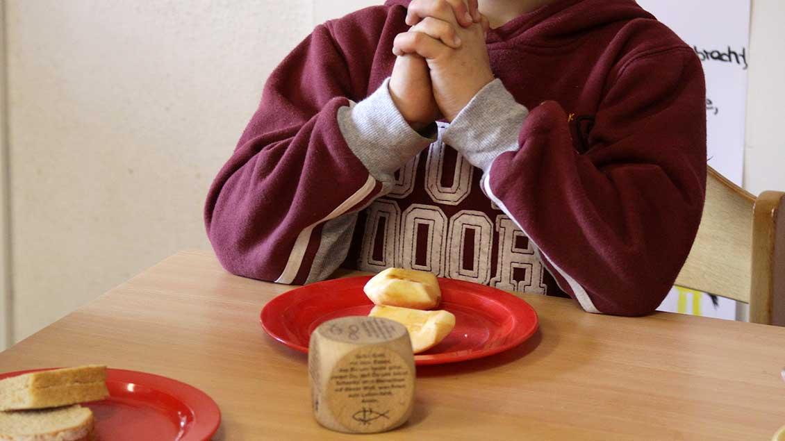 Junge beim Tischgebet