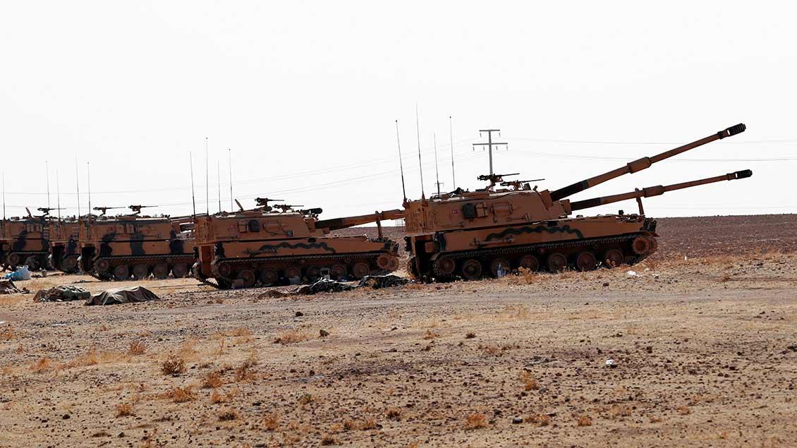 Türkische Panzer an der türkisch-syrischen Grenze.