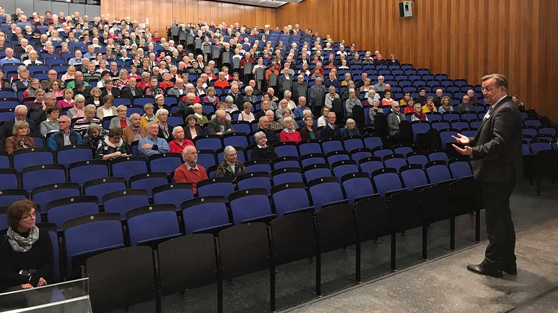 """Ralf Hammecke, Geschäftsführer der """"Dialog-Medien und Emmaus-Reisen GmbH"""" begrüßte die rund 800 Gäste des Jahrestreffens der Pilger- und Reisefreunde im Hörsaal 1 der Universtität Münster"""