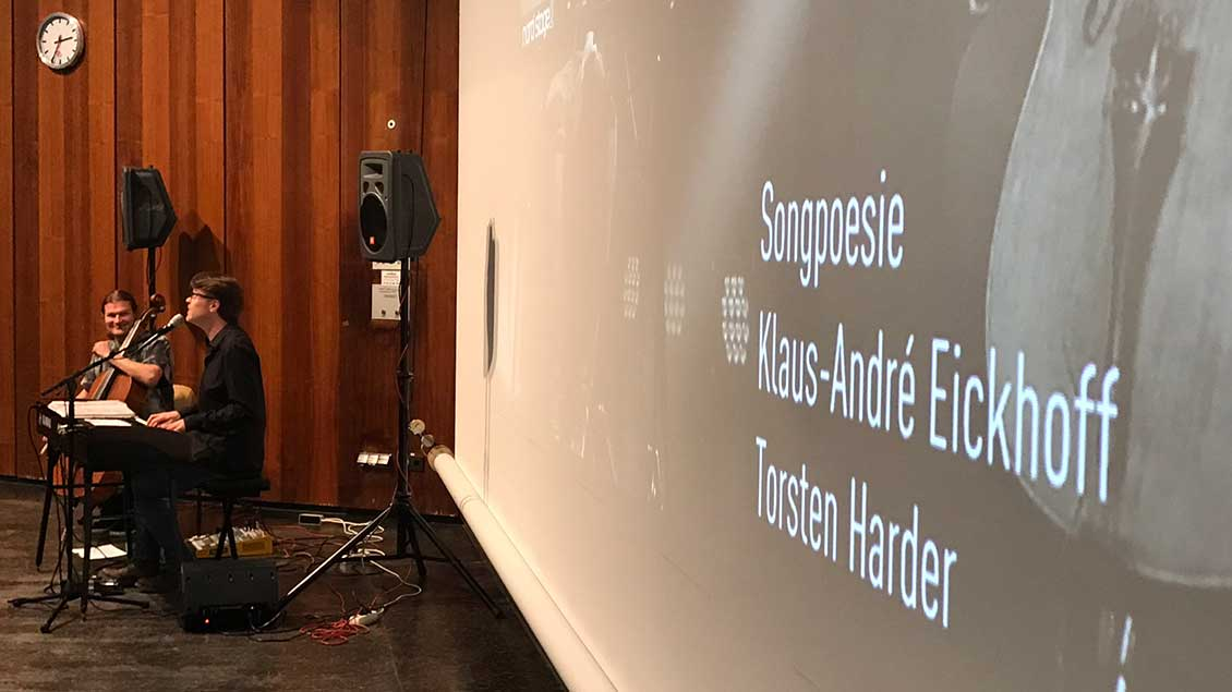 """Liedermacher KLaus-André Eickhoff stellte mit Cellist Torsten Harder """"Songpoesie"""" über Alltag, Gott und Glauben vor."""