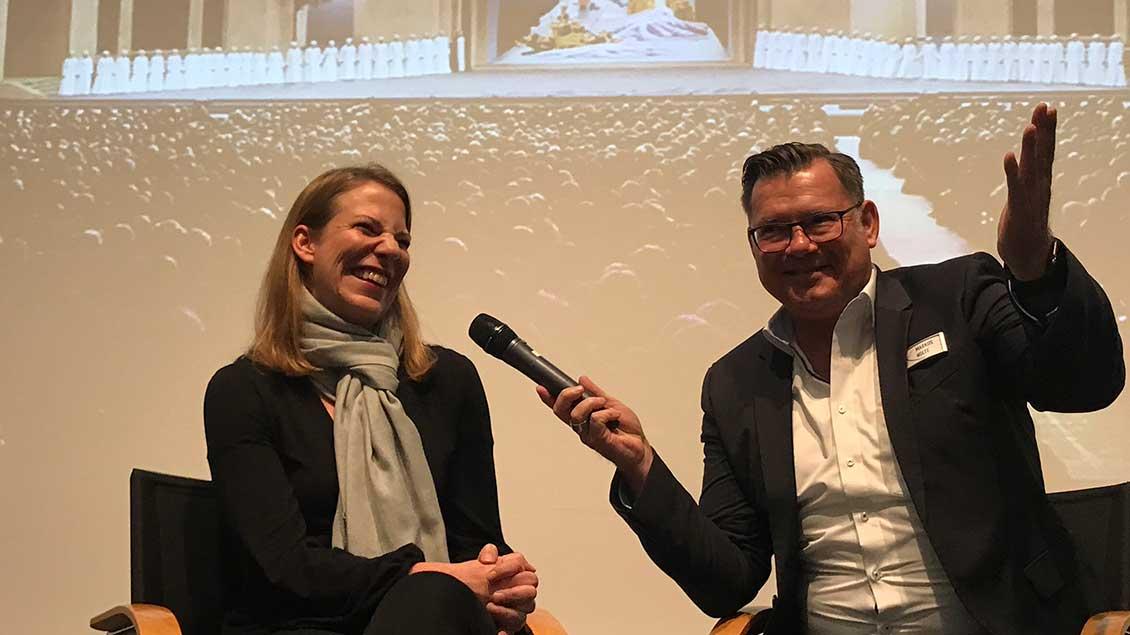 """Die Passionsspiele von Oberammergau 2020 zu Gast in Münster: Eva Reiser, Darstellerin von Maria, der Mutter Jesu, im Gespräch mit Markus Nolte, stellvertretender Chefredakteur von """"Kirche-und-Leben.de""""."""