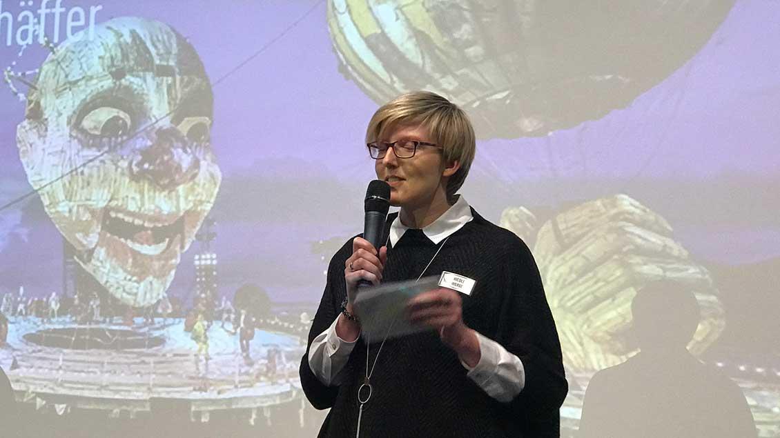 """Nicole Werger aus dem Team von """"Emmaus-Reisen"""" moderierte die Auslosung der Tombola-Gewinner."""