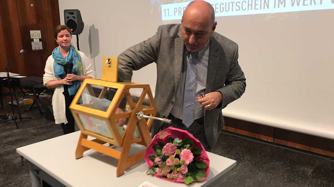Ugo Pollio, Reisepartner aus Rom, zieht bei der Auslosung der Tombola-Gewinner.
