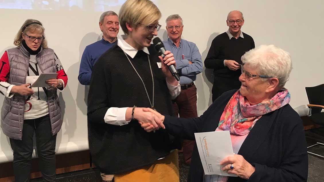 """Gratulation für die Gewinnerin des Hauptpreises: Agnes Mechelke aus Karlsruhe kann für eine Woche mit """"Emmaus-Reisen"""" ins Heilige Land reisen."""