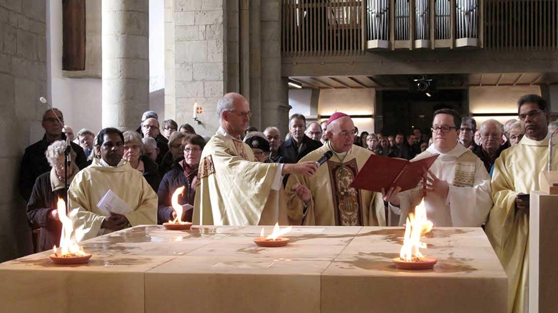 Bischof Felix Genn während der Altarweihe in der umgestalteten und renovierten Kirche St. Ludgerus in Albersloh