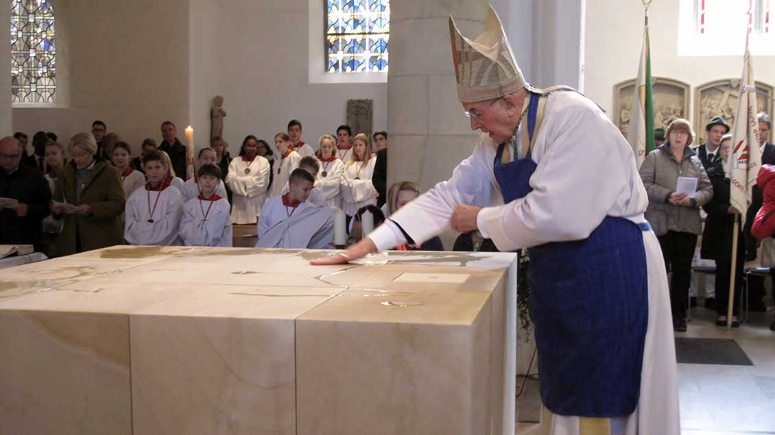Bischof Felix Genn salbt den neuen Altar der St.-Ludgerus-Kirche in Albersloh mit Öl