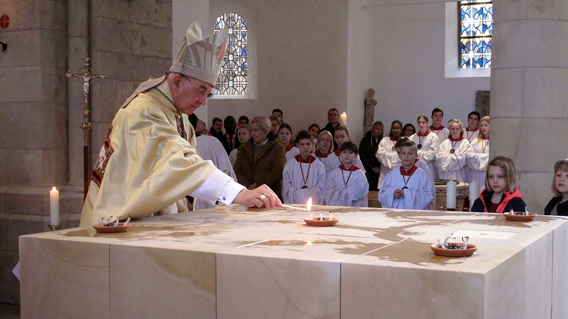 Bischof Felix Genn entzündet Weihrauch auf dem neuen Altar in der St.-Ludgerus-Kirche in Albersloh