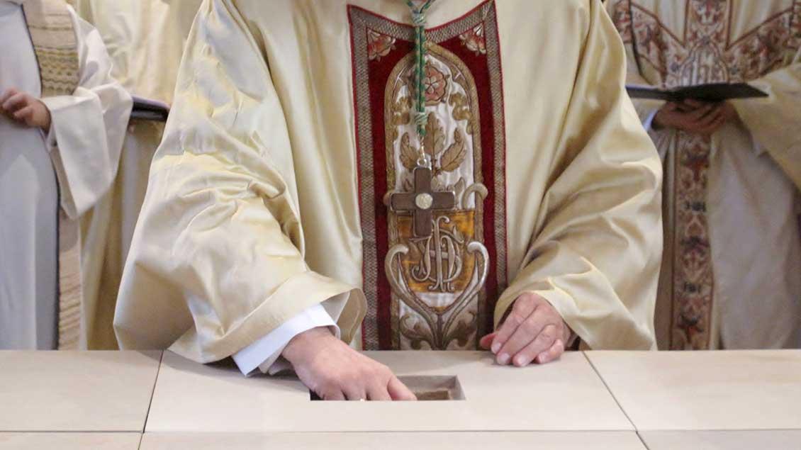 Bischof Felix Genn versenkt Reliquien, Knochen von Heiligen, im neuen Altar der St.-Ludgerus-Kirche in Albersloh