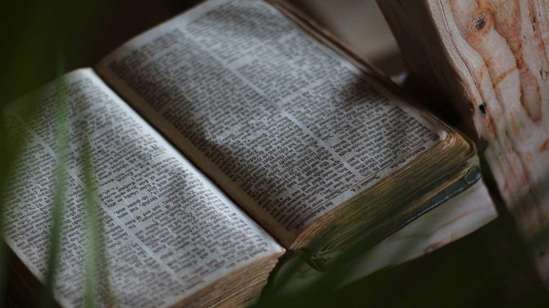 Symbolbild einer alten Bibel