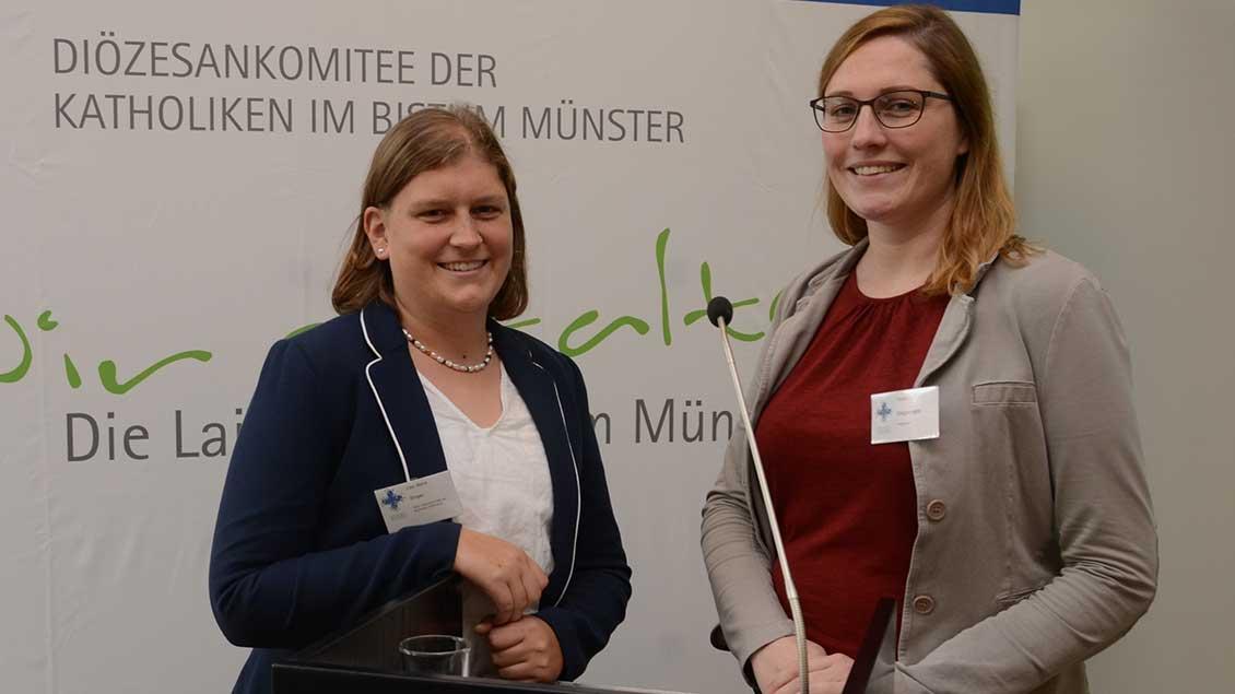 Lisa-Marie Singer, stellvertretende Geschäftsführerin des ZdK (links), und Kerstin Stegemann, Vorsitzende des Diözesankomittees.