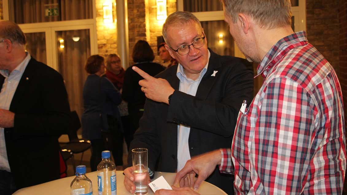 """Matthias Katsch vom """"Eckigen Tisch"""" im Gespräch mit einem Diskussionsteilnehmer"""