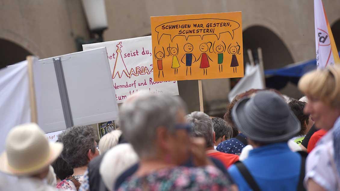"""Demo-Plakat mit der Aufschrift """"Schweigen war gestern, Schwestern"""""""