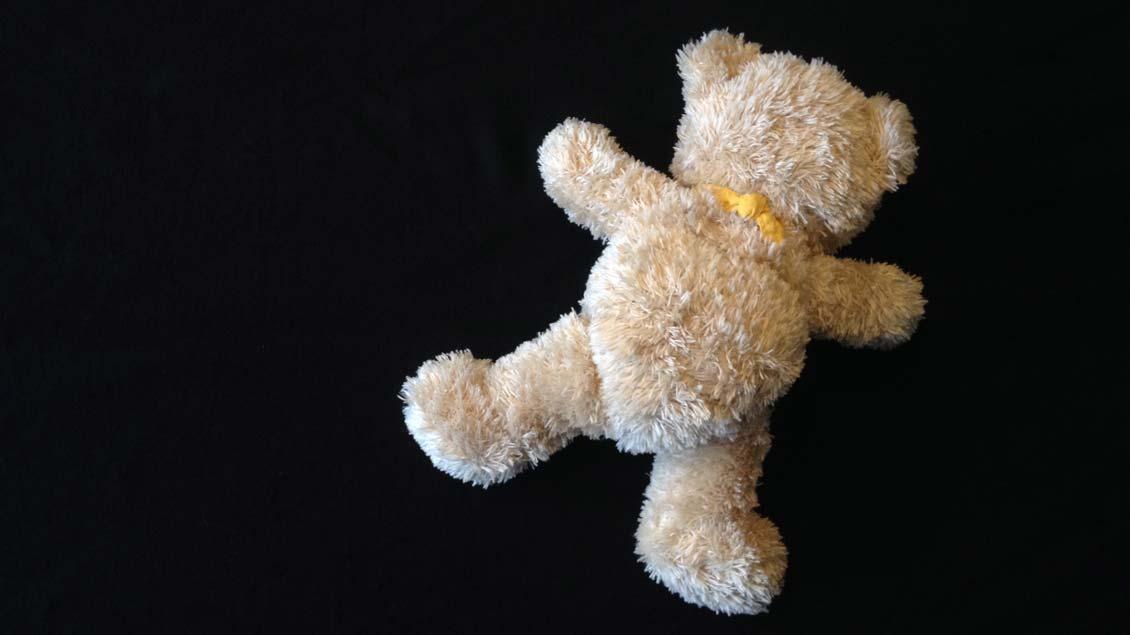 Teddy auf schwarzem Hintergrund