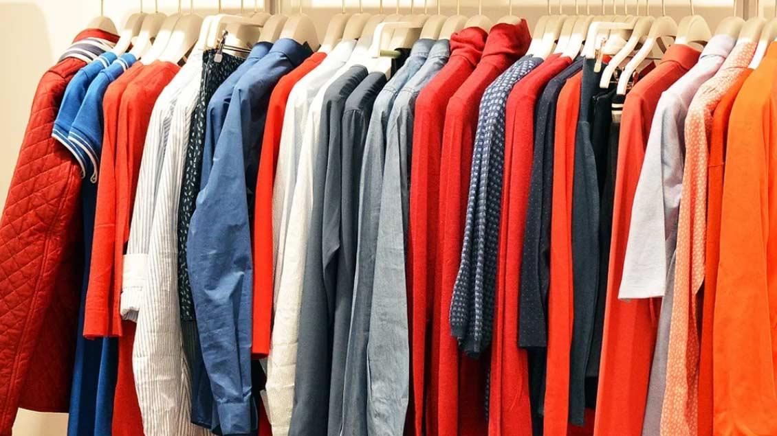Kleiderstange mit Hemden und Mänteln in Herbstfarben