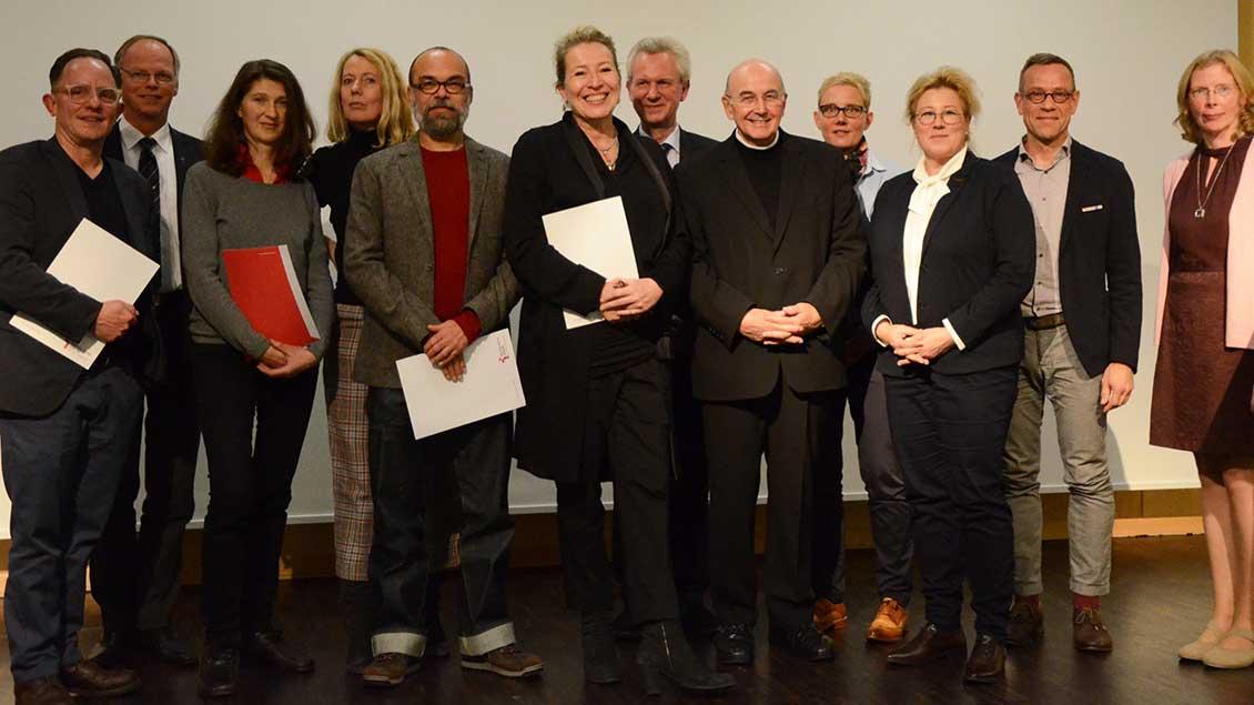 Bischof Felix Genn mit Künstlerin Heinke Haberland und der Jury