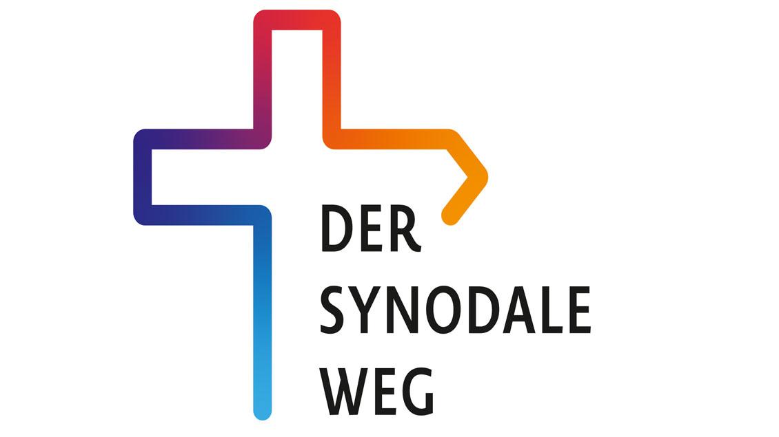 Logo Synodaler Weg: Farbiges Kreuz mit offenem Ende
