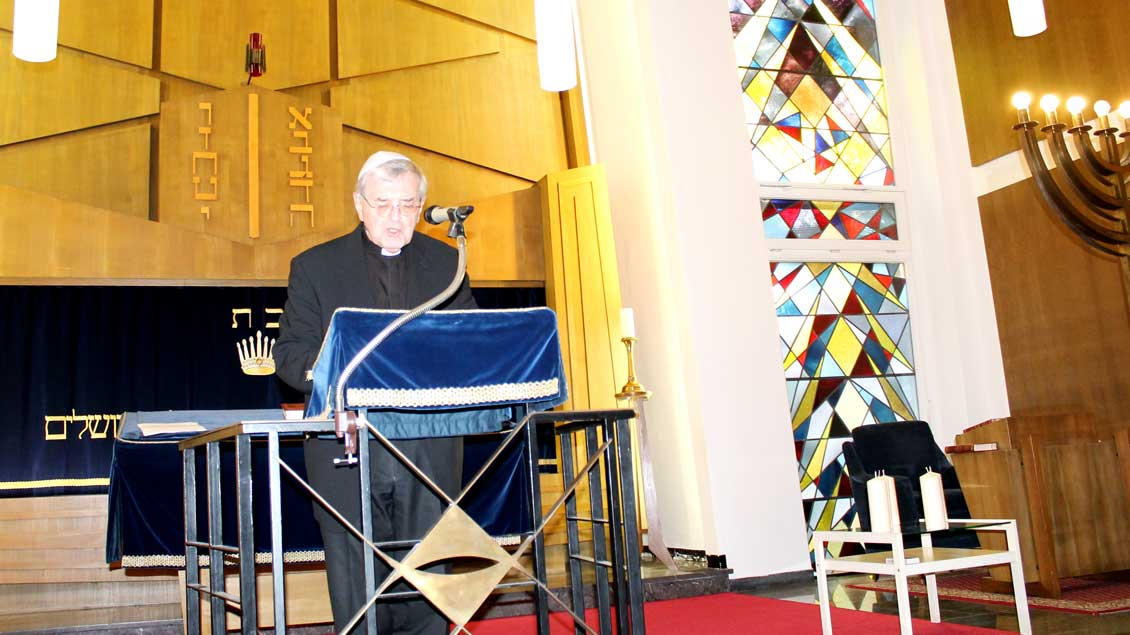 Bischof Heinrich Mussinghoff hält eine Ansprache..