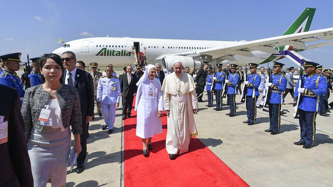 Papst Franziskus mit Schwester Ana Rosa auf dem Roten Teppich am Flughafen