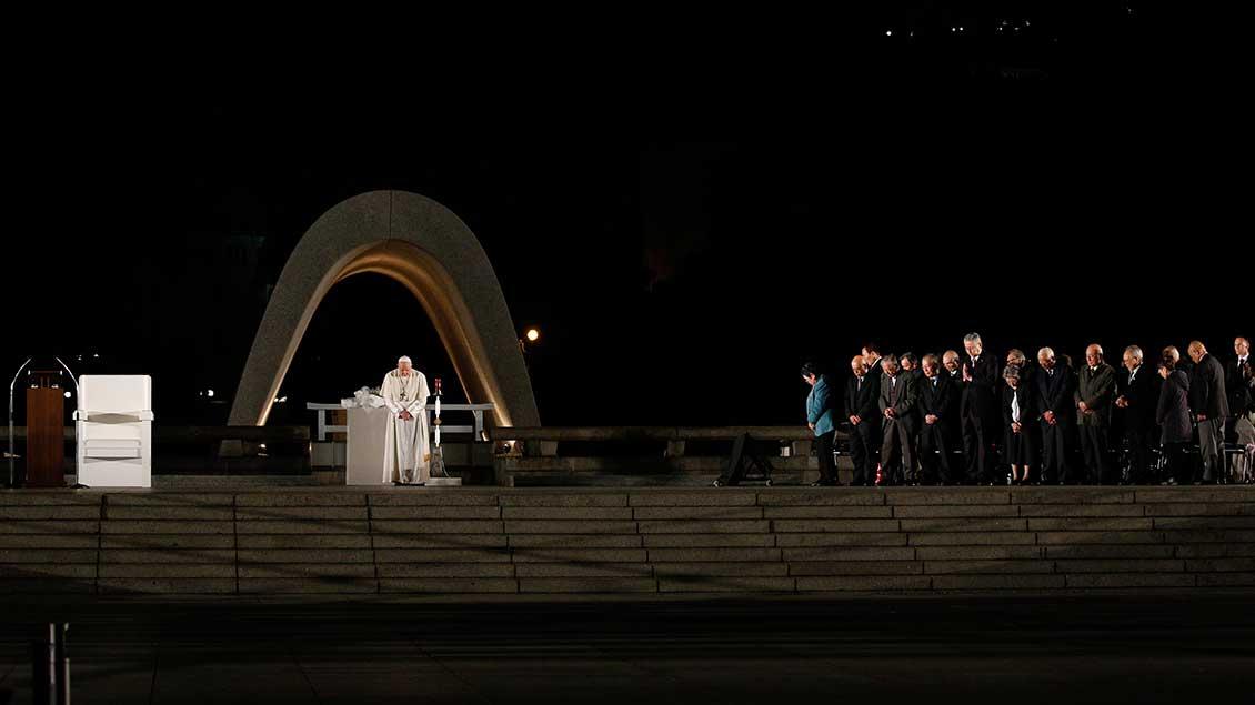 Schweigeminute mit Papst Franziskus am Friedensdenkmal in Hiroshima Foto: Paul Haring (KNA)