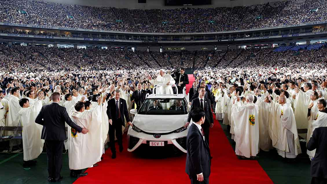 "Papst Franziskus auf dem Papamobil im ""Tokyo Dome"""