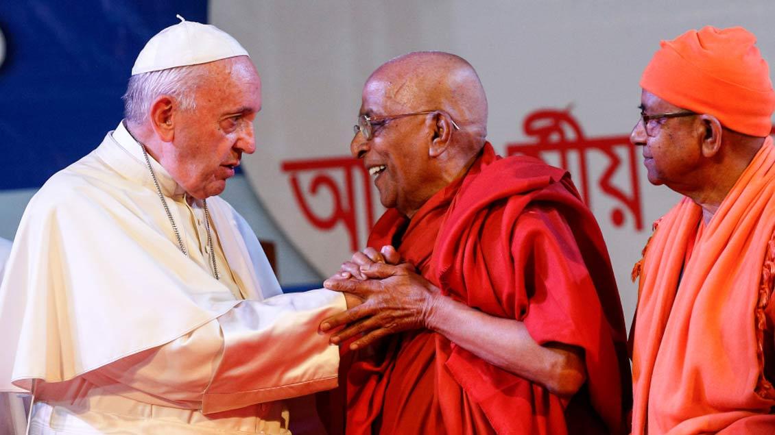 Papst Franziskus mit Vertretern des Buddhismus 2017 in Dhaka. Foto: Paul Haring (CNS photo/KNA)