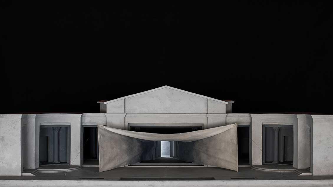 Erstmals seit 1830 wurde die Bühne des Passionsspielhauses wesentlich verändert, sodass eine riesige Tempelanlage mit korintischen Säulen entseht (Modell).