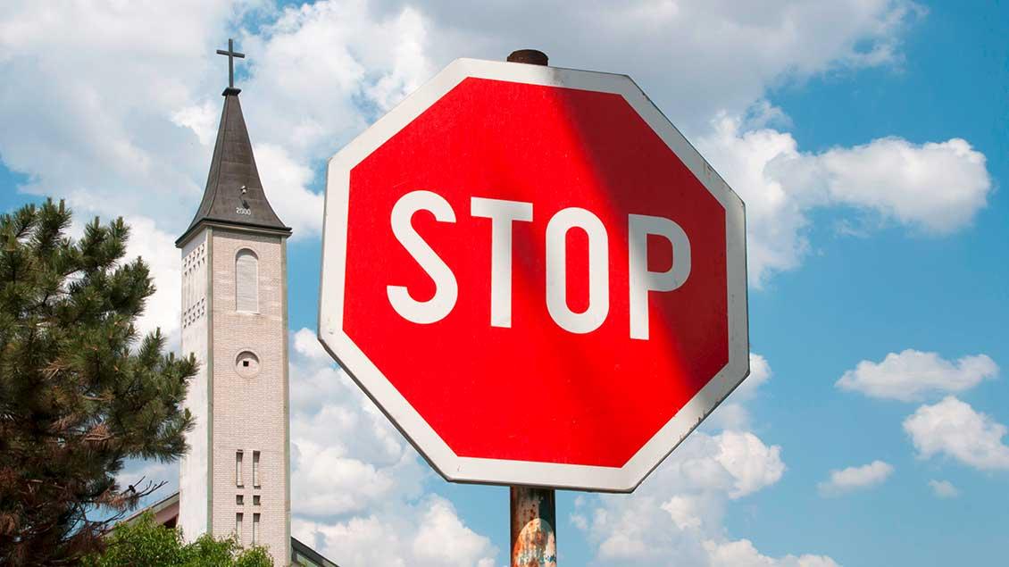 Stoppschild vor einer Kirche