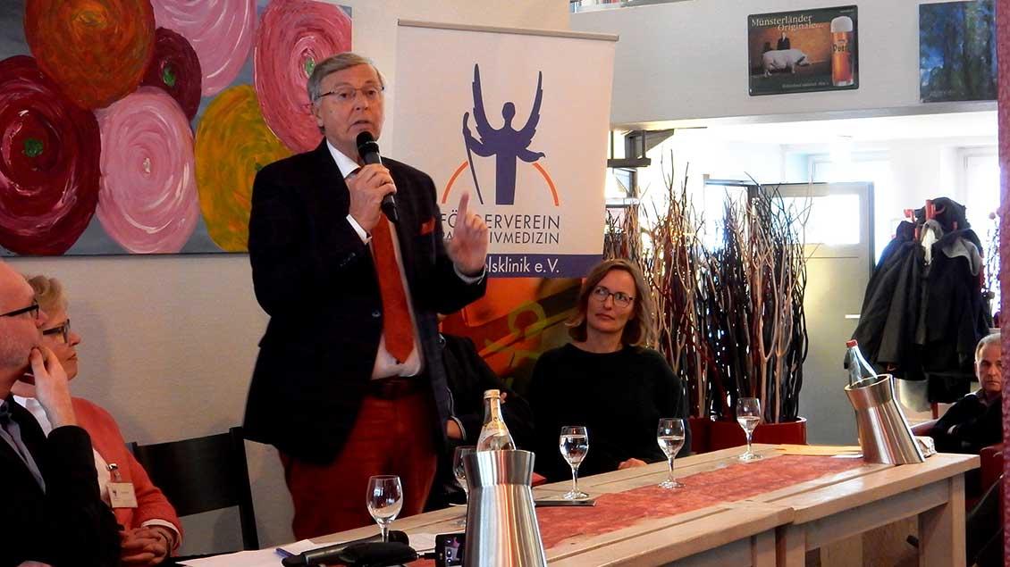 Wolfgang Bosbach bei seinem Vortrag in der Alexianer Waschküche in Münster.