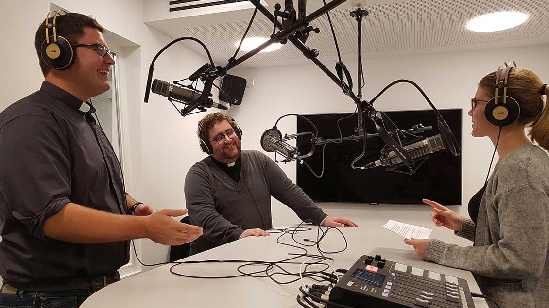 Redakteurin Ann-Christin Ladermann spricht mit Ralf Meyer (links) und Christoph Hendrix