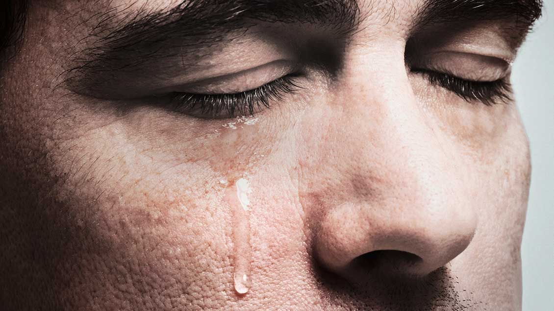 Ein Mann mit Tränen