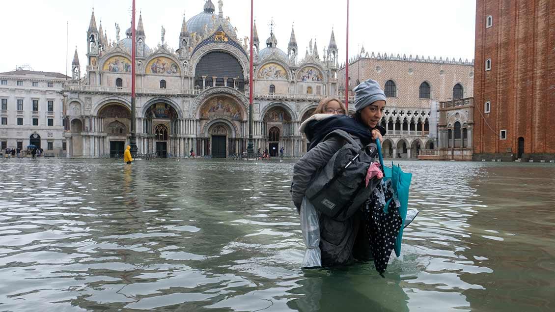 Hochwasser auf dem Markusplatz vor dem Markusdom in Venedig