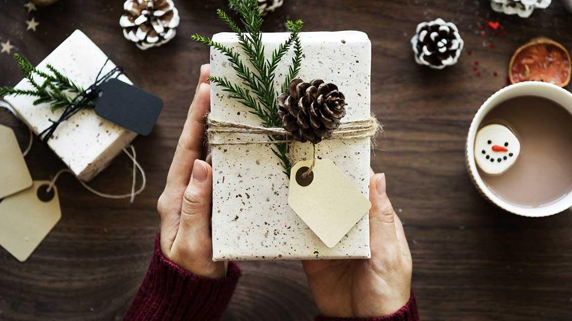 Ein weihnachtlich verpacktes Geschenk.