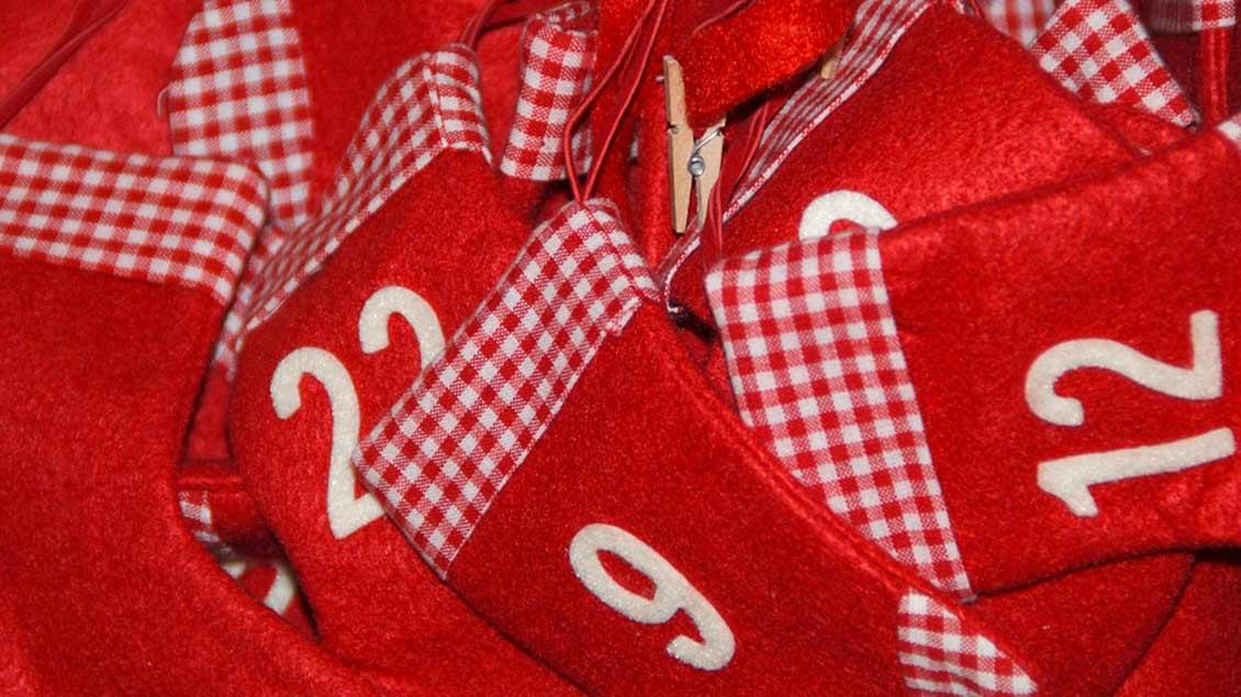 Adventskalender aus roten Filzstifeln.