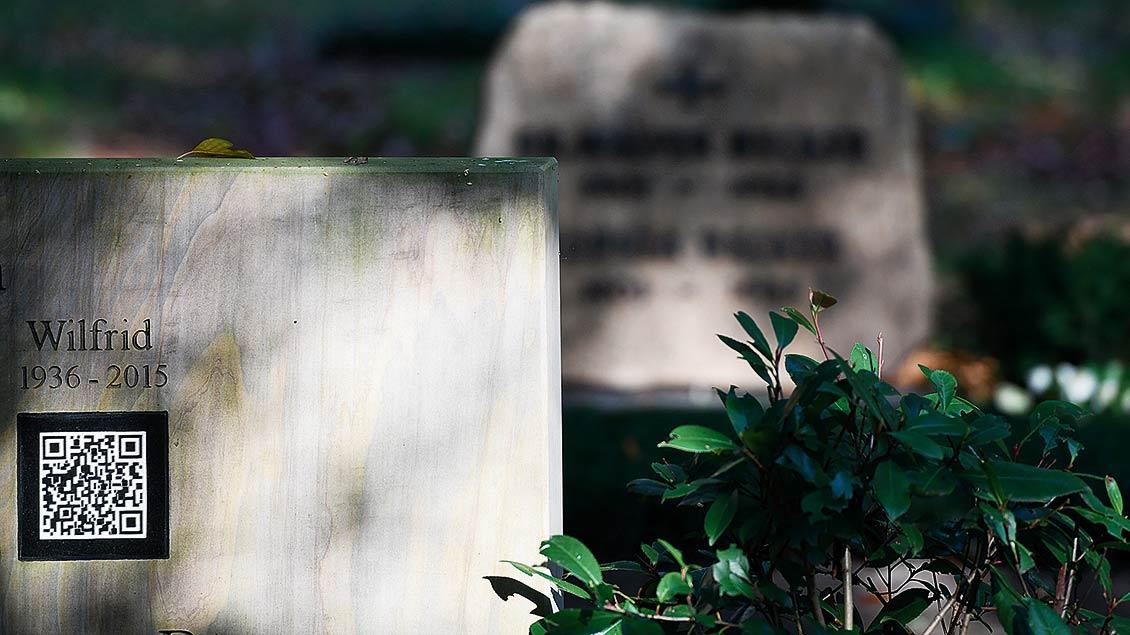 Auf einem Grabstein ist ein QR-Code eingemeißelt.