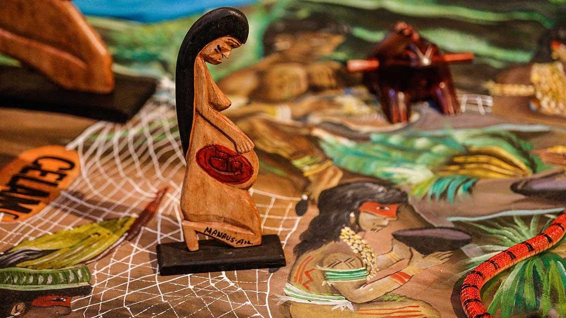 In der Kirche Santa Maria in Traspontina in Rom sind während der Amazonas-Synode Holfiguren und indigene Kunst ausgestellt.